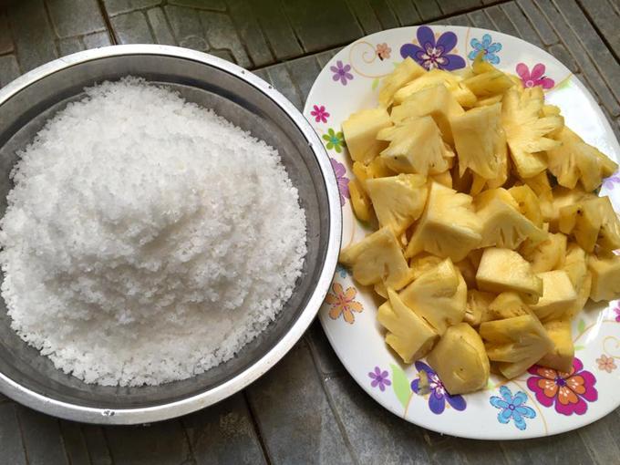 Nguyên liệu còn có 1,5 kg muối hạt sạch,6 lạng dứa cắt nhỏ và xay nhuyễn.