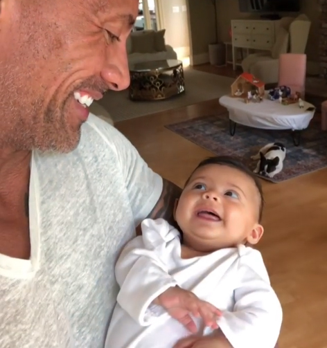 Dwayne khiến con gái cười thích thú.