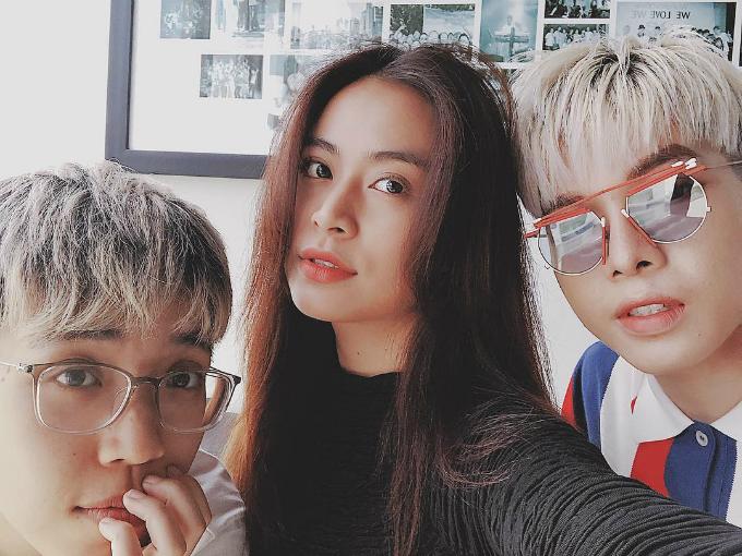 Hoàng Thùy Linh selfie cùng đàn em Đức Phúc và Kai Đinh. Nữ ca sĩ dí dỏm: Sáng nay gặp hai người em trên công ty. Chúng nó trẻ hơn mình nhưng tóc đã bạc hết rồi.