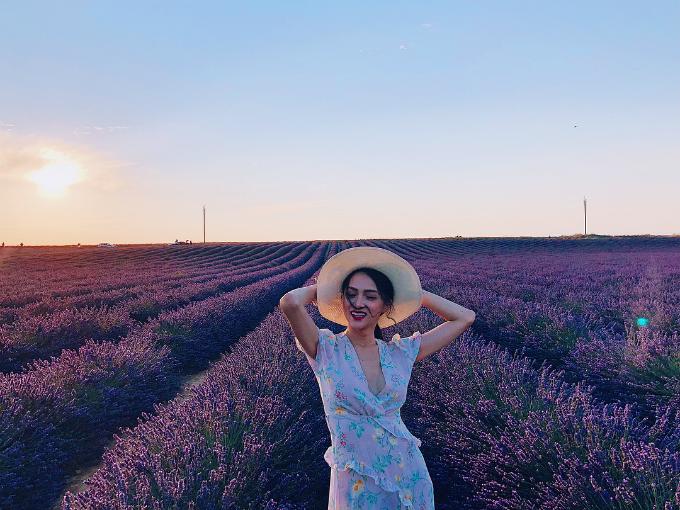 Hoa hậu chuyển giới Hương Giang giữa cánh đồng hoa oải hương bạt ngàn trong chuyến du lịch tại Pháp.