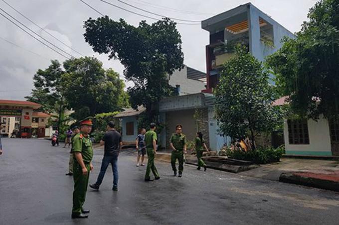 11h ngày 20/7, cảnh sát bảo vệ bên ngoài căn nhà của bị can Lương trong lúc việc khám xét đang được tiến hành.Ảnh. Phạm Dự