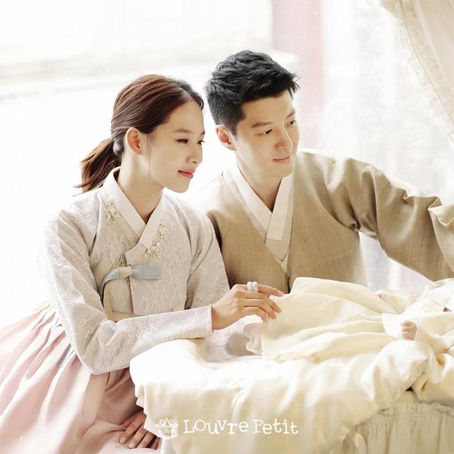 Hai vợ chồng nhân kỷ niệm 100 ngày của thiên thần nhỏ.