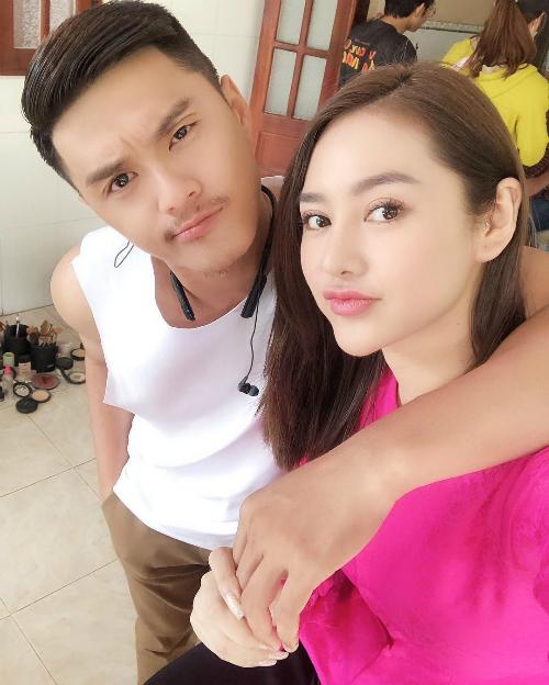 Lâm Vinh Hải quàng vai tạo dáng chụp ảnh cùng bạn gái Linh Chi.