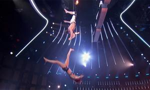 Chồng tuột tay, vợ rơi xuống sân khấu đầy lửa ở America's Got Talent