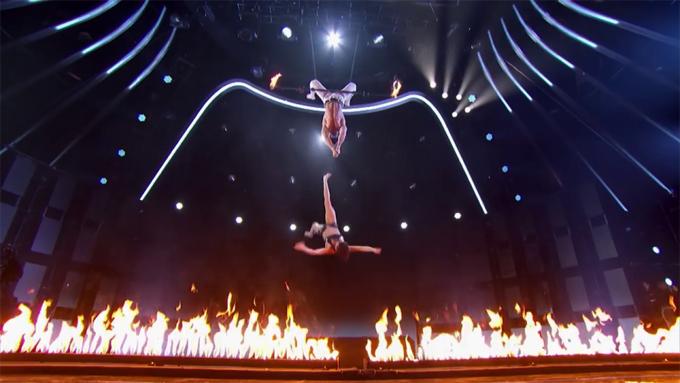 Mary rơi xuống sân khấu đầy lửa khi chồng tuột tay.