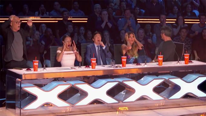 Ban giám khảo hoảng sợ khi chứng kiến cú ngã của Mary.