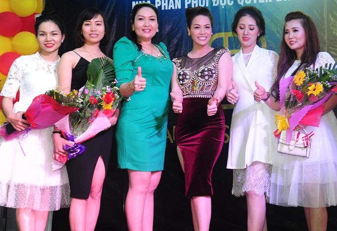 Chị em Kim Anh - Kim Tính chụp ảnh kỷ niệm cùng mọi người trong buổi tiệc. Nhật Kim Anh hiện là Chủ tịch hội đồng quản trị một công ty mỹ phẩm.