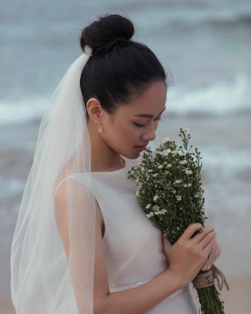 Hoàng Quyên mặc váy của NTK Hoàng Tú khi chụp ảnh cưới.
