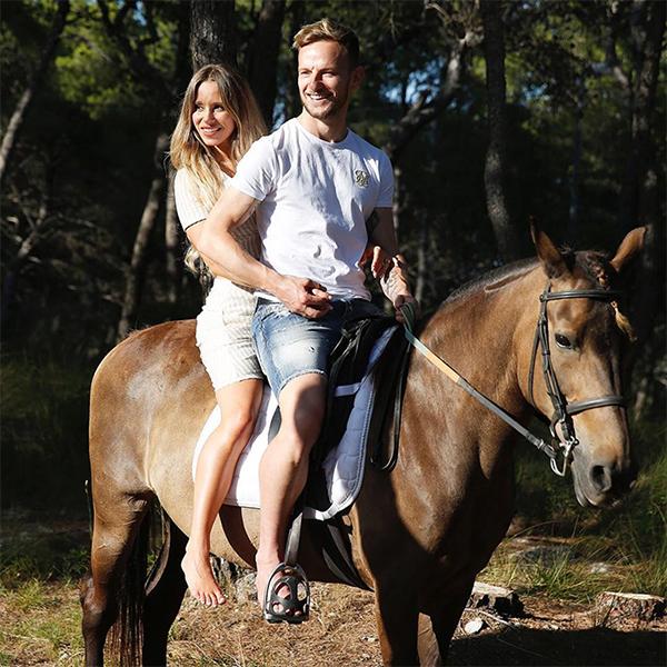 Vợ chồng Rakitic vui vẻ đi cưỡi ngựa. Ảnh: Instagram.
