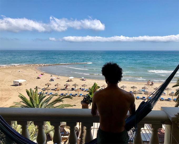 Salah nhìn xa xăm về phía biển.