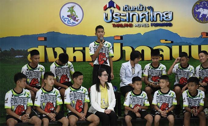 Các thành viên của đội bóng Lợn Hoang tham gia họp báo sau khi xuất viện. Ảnh: AFP.