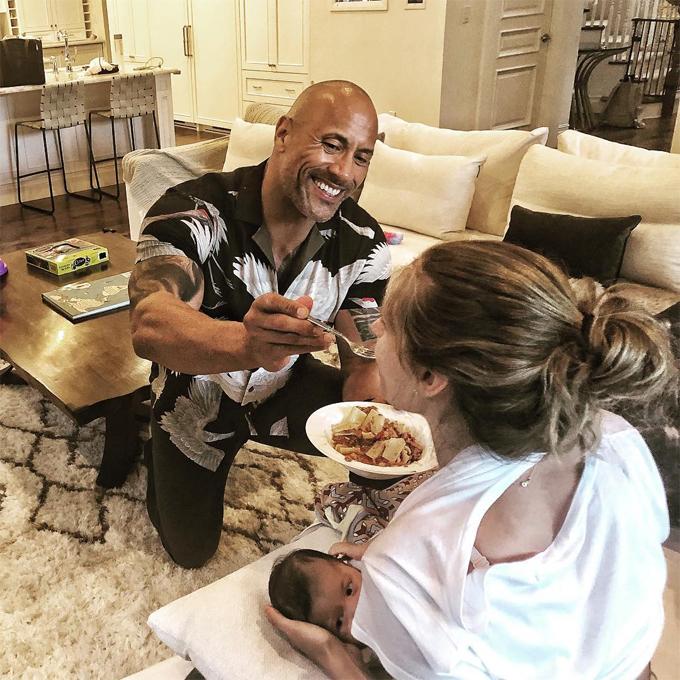 The Rock giúp bạn đời ăn tối khi cô cho con bú.