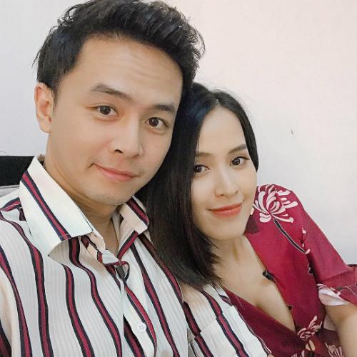 Vợ chồng Văn Anh- Tú Vi chụp ảnh tình tứ bên nhau.