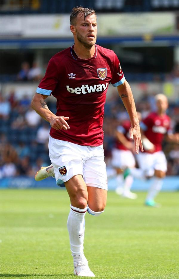 Andriy Yarmolenko gia nhập West Ham với giá 17,5 triệu bảng từ CLBBorussia Dortmund. Chân sút 28 tuổi người Ukraine vừa có màn ra mắt CLB thành London trong chiến thắng 1-0 trước đội bóng đang chơi ở giải hạng haiWycombe Wanderers.