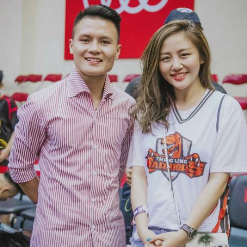 Ca sĩ Văn Mai Hương trẻ trung khi diện quần Jean áo phông pose hình chung cùng cầu thủ Quang Hải.