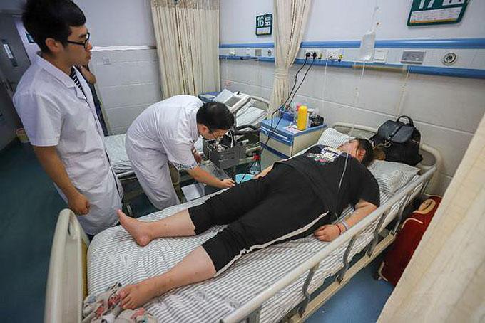Xiaoli được các bác sĩ kiểm tra trước khi tiến hành phẫu thuật cắt bớt dạ dày. Ảnh: Oddity Central.