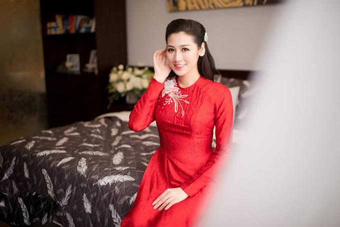 Á hậu Việt Nam 2012 e lệ trong giây phút chuẩn bị lên xe hoa.