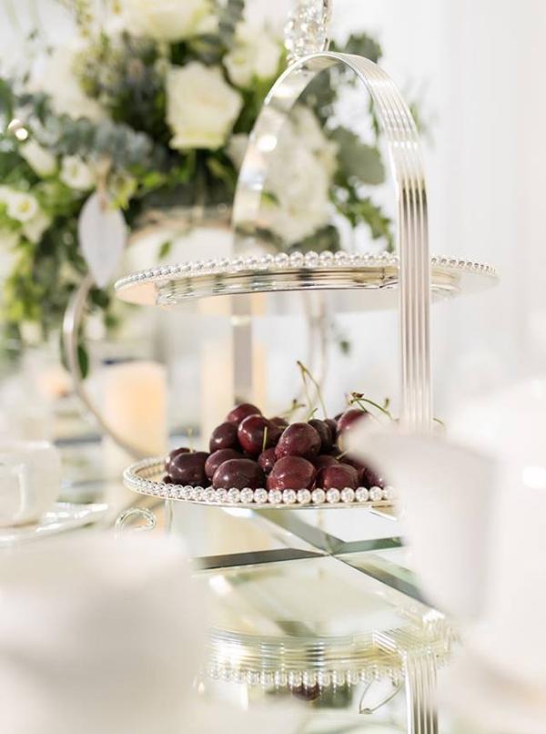 Khay đựng hoa quả được phủ bạc, đồng điệu với màu chủ đạo của lễ rước dâu.