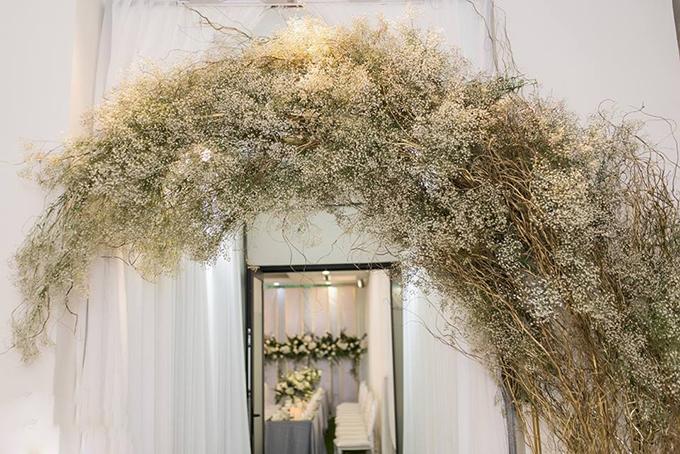 Tú Anh sử dụng lụa chắng và hoa baby làm vòm cổng chào bên ngoài cửa nhà để tạo ấn tượng cho khách mời. Gia đình Á hậu hướng đến phong cách tối giản, sang trọng và ấm cúng khi trang trí không gian lễ rước dâu cho con gái.