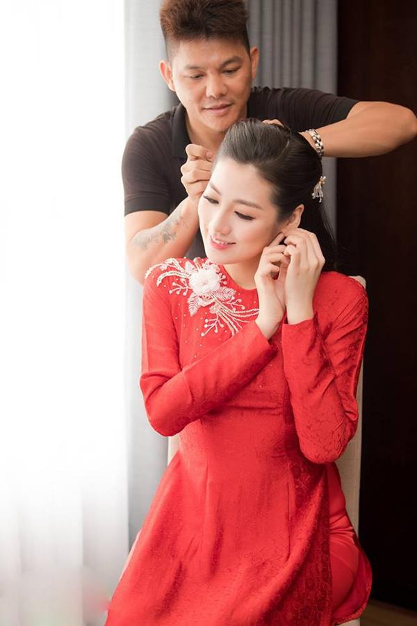 Lễ rước dâu của Á hậu Tú Anh và chú rể Gia Lộc diễn ra vào 15h chiều nay. Người đẹp mặc áo dài đỏ, chọn kiểu tóc buộc nửa giản dị trong ngày làm cô dâu.