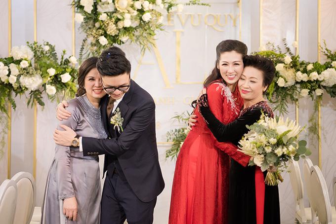 Chú rể Gia Lộc ôm chặt mẹ vợ trong khi cô dâu Tú Anh ôm chặt mẹ chồng trong lễ rước dâu.