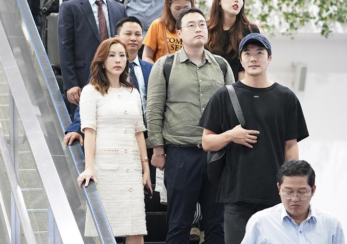 Hoa hậu Thu Hoài ra tận sân bay đón Kwon Sang Woo.