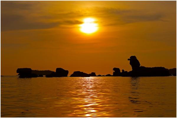 Và nếu đi các đảo lúc chiều tà, bạn sẽ gặp hoàng hôn trên Hòn Dăm Ngang, đẹp như cổ tích. Hiện tại, Sun World Hon Thom Nature Park áp dụng ưu đãi mua một vé cáp treo người lớn trị giá 500.000 đồng sẽ được tặng thêm một vé trẻ em trị giá 350.000 đồng, tới ngày 30/9.