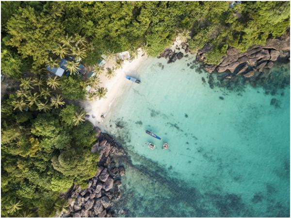 Từ trên cáp treo, du khách có cơ hội chiêm ngưỡng những góc đảo đẹpmàu xanh lam.