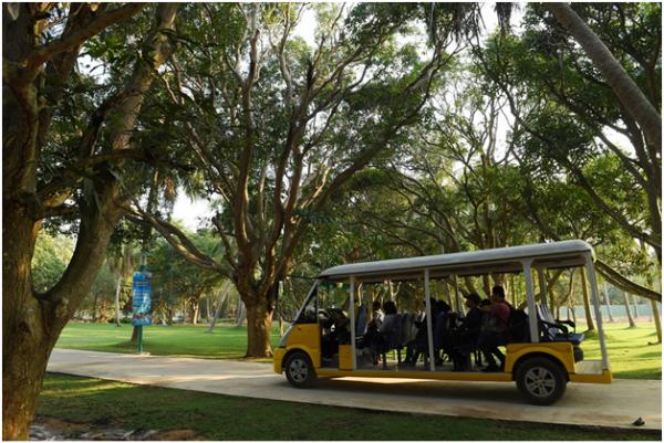 Kết thúc chặng đường cáp treo dài, du khách sẽ tới tổ hợp vui chơi giải trí Sun World Hon Thom Nature Park trên đảo Hòn Thơm. Nơi ấy có những vườn cây xum xuê trái, con đường nhỏ rợp bóng xanh yên bình.