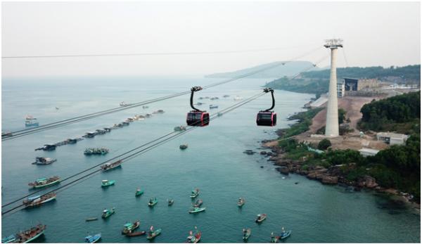 Cáp treo Hòn Thơm khai trương từ đầu năm nay, có tổng chiều dài 7.899,9 m, được Tổ chức Guinness công nhận là Cáp treo vượt biển dài nhất thế giới.