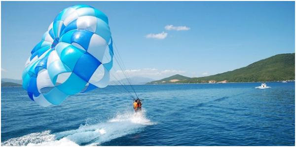 Đến Sun World Hon Thom Nature Park, bạn cũng nên thử sức với trò chơi trên biển như kéo dù, lặn ngắm san hô, đi bộ dưới đáy biển hay đi thuyền Kayak...
