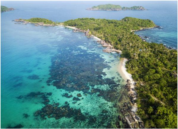 Hoặc lướt cano ra những hòn đảo hoang sơ khác cách đó không xa như Hòn Móng Tay, Hòn Mây Rút...