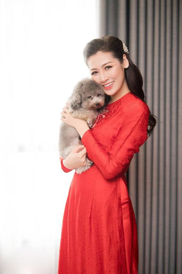 Tú Anh chụp ảnh kỷ niệm với chú cún cưng trước khi về nhà chồng. Tiệc cưới chính thức của cô sẽ diễn ra vào 18h tối nay tại Long Biên, Hà Nội.