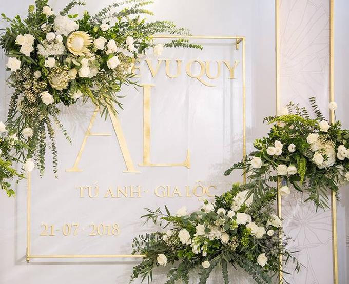 Tên của cô dâu - chú rể treo trên tường,được phun với màu vàng đồng, tạo nên điểm nhấn sang trọng.