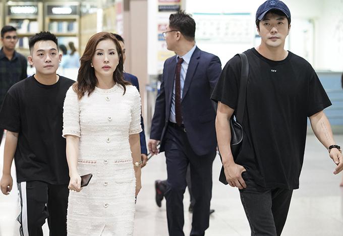 Vlogger Phở Đặc Biệt (đi sau Thu Hoài) cũng có mặt trong đoàn đi đón ngôi sao xứ kim chi.