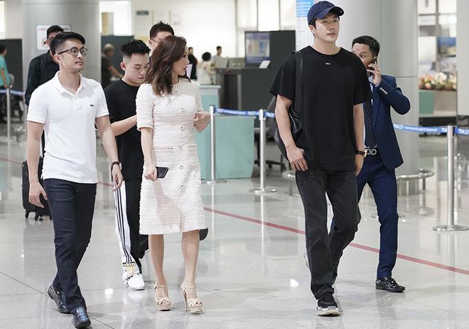 Bạn trai kém tuổi của Thu Hoài (đeo kính) đưa đón cô ra sân bay.