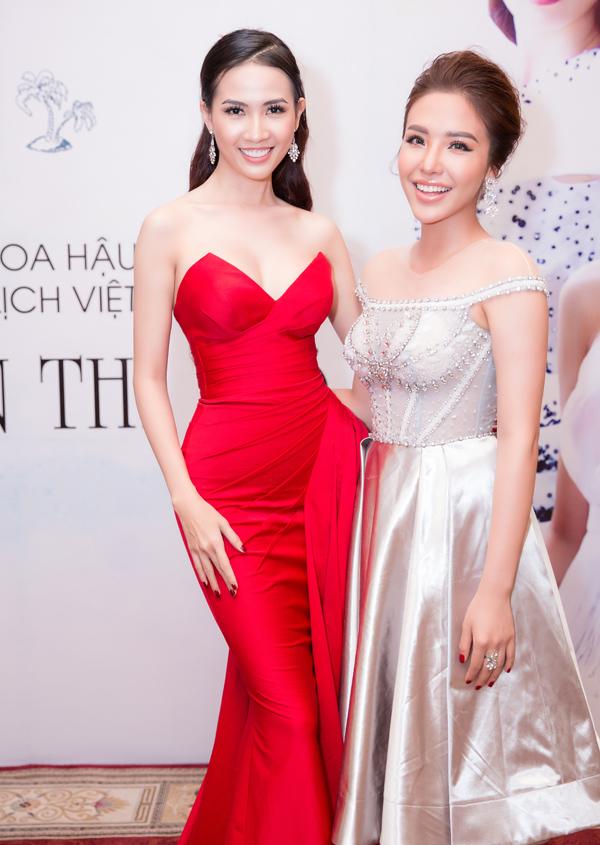 Á hậu Biển Khánh Phương tới chúc mừng Phan Thị Mơ đại diện Việt Nam thi nhan sắc quốc tế.