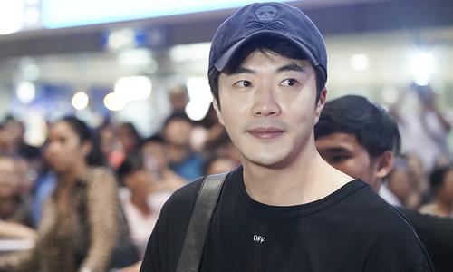 Kwon Sang Woo mặc giản dị đến Việt Nam lúc nửa đêm