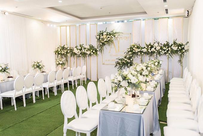 Trước giờ cử hành hôn lễ, căn hộ cao cấp của gia đình người đẹp được trang trí theo phong cách tối giản, sang trọng với màu chủ đạo là trắng, xanh lá cây và vàng đồng.