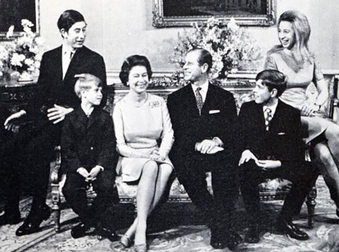 Kỷ niệm đám cưới bạc của vợ chồng Nữ hoàng Anh bên các con. Ảnh: Alamy Stock.