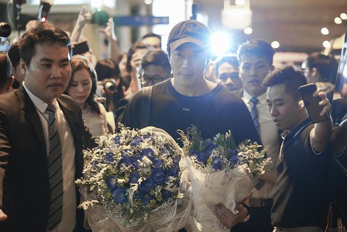 Anh khá bất ngờ khi thấy rất đông khán giả và phóng viên ra sân bay đón mình.