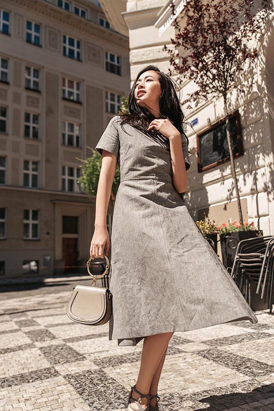 Váy tông màu ghi xám trên chất liệu thoáng mát được phối hợp nhịp nhàng cùng túi Chloe hot trend mùa mốt 2018.