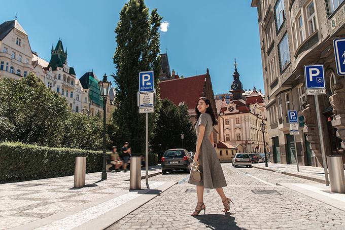 Trong bộ ảnh thực hiện tại châu Âu, diễn viên Mai Thanh Hà đưa ra nhiều gợi ý thiết thực trong việc chọn trang phục cho chị em công sở.