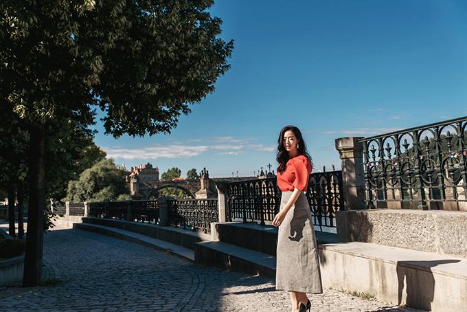 Chân váy là món đồ khá quen thuộc của phái đẹp văn phòng. Trang phục này được yêu thích vì rất linh hoạt trong việc mix -match cùng các mẫu áo.