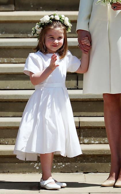 Công chúa Charlotte vẫy tay chào người hâm mộ tại đám cưới chú Harry hôm 19/5. Ảnh: PA.