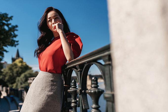 Áo tông màu nổi bật được phối cùng chân váy gam trung tính giúp tổng thể có được sự cân bằng, hài hoà.