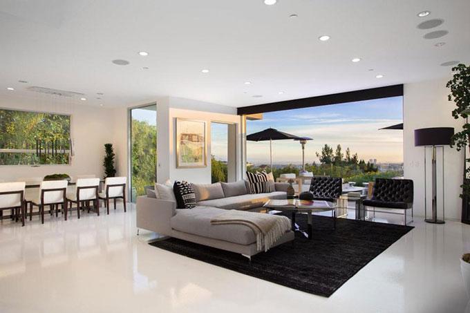 Các phòng ốc đều có view ngắm toàn cảnh thành phố Los Angeles và biển Thái Bình Dương phía xa.
