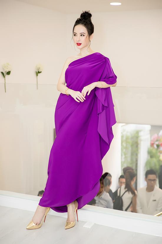 Tham dự chương trình trong buổi chiều với tiết trời oi nồng, Angela Phương Trinh chọn cho mình mẫu váy lụa mềm mại của nhà thiết kế Đỗ Mạnh Cường.