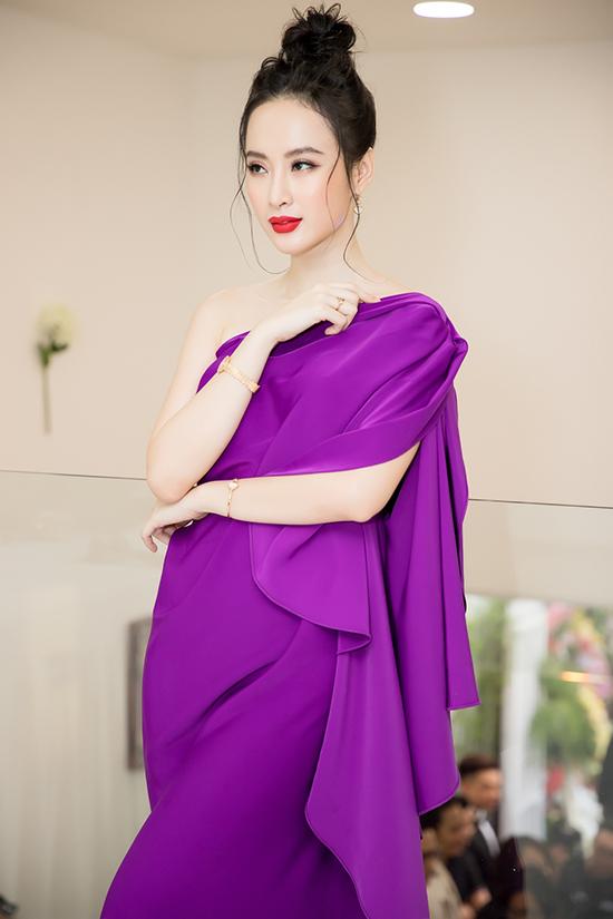 Váy lệch vai khai thác khoảng hở ý nhị, tông màu đậm chất nữ tính giúp người mặc tôn làn da trắng sáng.