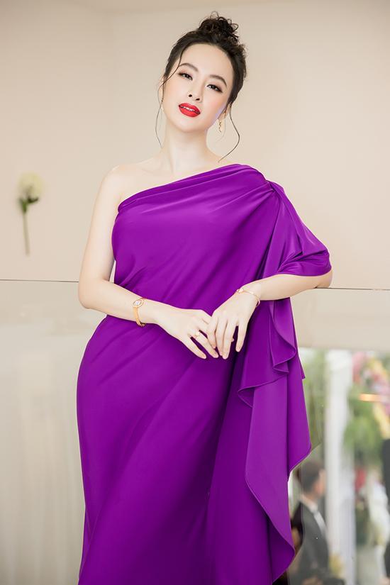 Tóc búi rối, môi son đỏ đậm giúp Angela Phương Trinh xây dựng hình ảnh gợi cảm tựa phong cách nữ thần Hy Lạp.